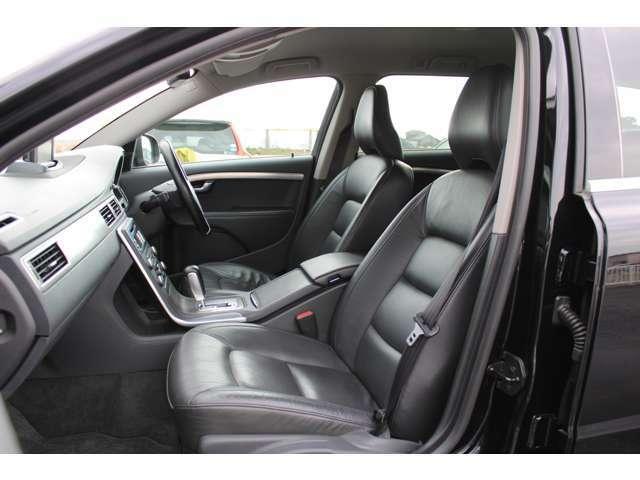フロントシートにはシートヒーター/クーラーが装備されており3段階の調整が出来ます。寒い冬に暖かいシートで暑い夏には蒸れずに快適です。助手席シートも使用感少なく綺麗な状態です。