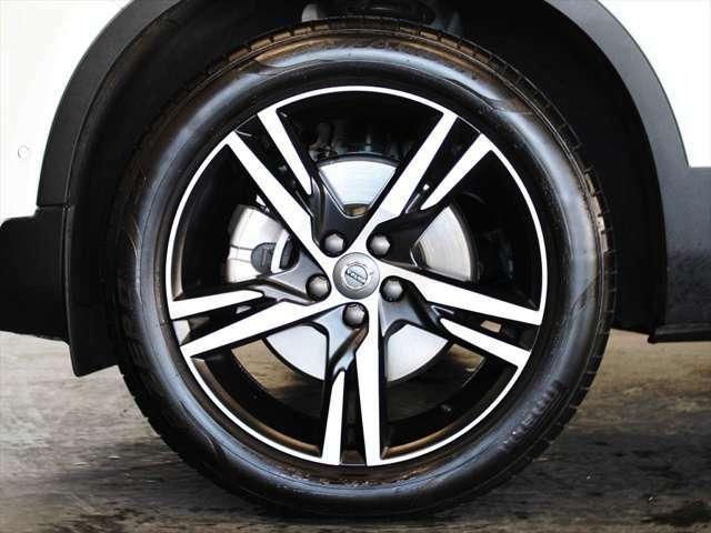 アルミホイールは19インチを装備 スポーティーなマットブラックの5スポークに、ダイヤモンドカットのシルバーが映えるデザインです