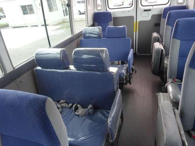運転席側のシート2列が純正ではないですが、リクライニングになります。