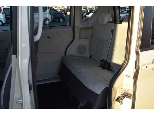 後席の足元の広さは必見です!空間にゆとりがあるので快適に乗っていただけます。