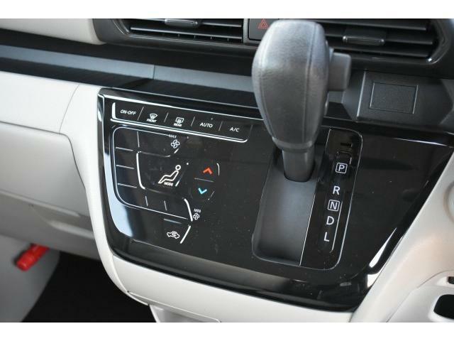 タッチパネル式エアコンなので爪の長い女性でも操作がしやすく温度を設定するだけで快適な車内を維持することが出来ます。