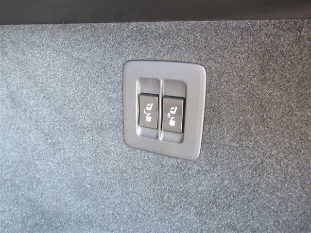 トランクから後部座席を可倒できます。
