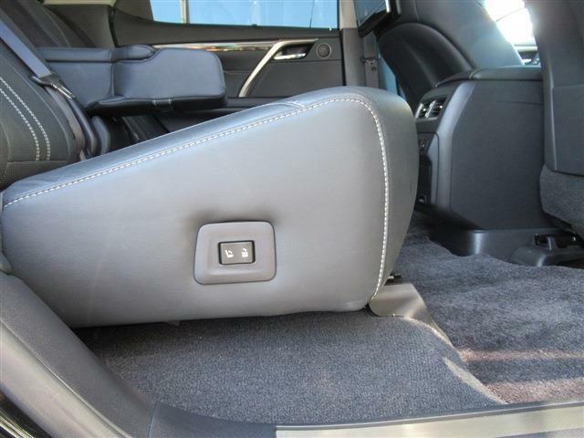 後席電動シートの装備です。