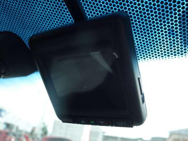 【ドライブレコーダー】ドライブレコーダー装着されています。運転中の記録を録画してくれます、万が一の時にドライブレコーダーがあれば安心です!