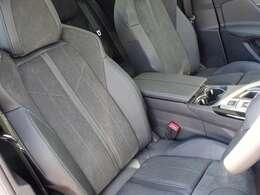 シート素材はテップレザー・アルカンタラです。グリーンのステッチが施されています。フロントシートにはシートヒーター、運転席電動シートを装備しています。【プジョー大府0562-44-0381】