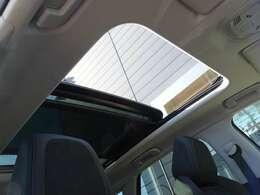 パノラミックサンルーフを装備しています。車内に開放感をもたらします。また電動サンシェードも装備しています。【プジョー大府0562-44-0381】