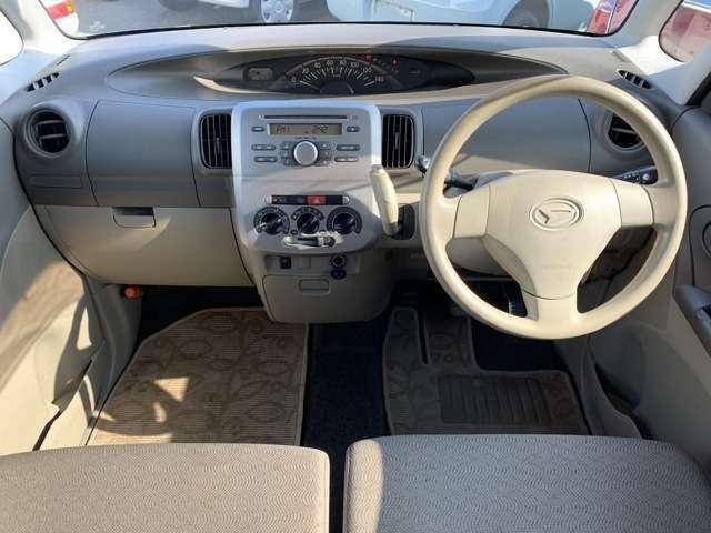 内装も中古車ですのでうす汚れ擦れ使用感があり、目に付く個所もあります。 ハンドルやシフトノブ、天張り、各シート・ドアトリム・カーペットなどに汚れ使用感、前席にしみや運転席にヘタリ、肘掛けに汚れ黒ずみ