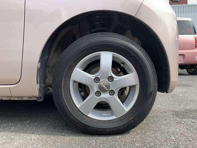 社外13インチAWにノーマルタイヤを履いております。 タイヤ山はおおよそ各5分山程度、タイヤサイズは145/80R13です。 スペアタイヤは車内に積み込んでおりますタイプとなります。