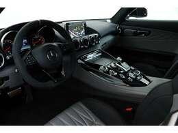 スポーツカーらしい内装と、メルセデスの豪華さを兼ね備えた内装はかっこよく仕上がっております!