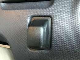 駐車場のチケットやカードを補完できるホルダーは、素早く手軽に取り出せるハンドル横に。