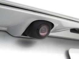 バックカメラ☆車の後方に小型カメラが付いておりバックする際の後方の様子をモニター上に表示します。