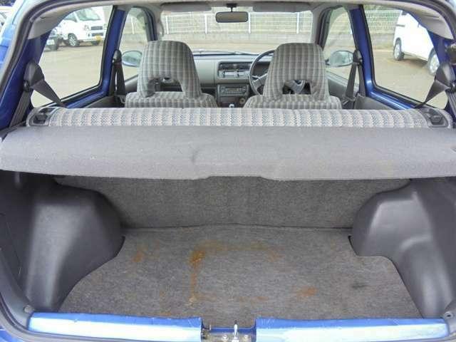ラゲッジスペースも意外と広く、後部座席を倒す事も出来るので、使い勝手も良いです!!