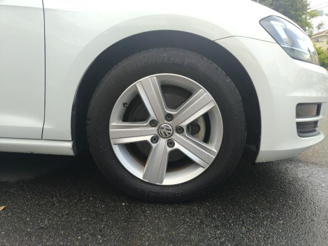 タイヤは16インチアルミです。使用感の少ないタイヤは山も十分に残っています。