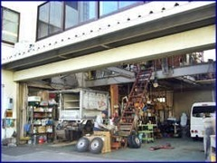 ショールーム北側に隣接している認証工場です。修理及び点検整備は、この工場で作業します。万が一の際はいつでもご連絡下さい。