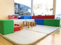 キッズコーナーは商談テーブルのすぐ横にあるので、安心です。