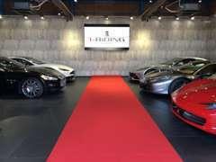 近隣に屋内型ショールームを完備しております。こちらにはフェラーリ等のスーパーカーを展示しております。
