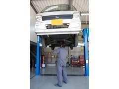 経験豊富な自動車整備士が1台1台点検整備をしています