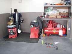 一流メーカー製ワイドリフト新品&22インチ対応のタイヤチェンジャー!タイヤ専門店での経験で安全・迅速に作業実施致します!