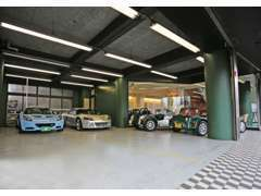 1階はショールームと駐車場です。ショールーム前にご停車頂ければ、スタッフが駐車場へ誘導致します。