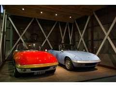 ファクトリー内のショールームはヒストリックロータスやケーターハム、ジネッタ等を常時展示しています