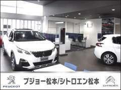 ☆ガラス張りの明るいショールームには、新車の展示も行っております☆
