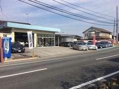 お店は県道275号線沿いにございます。 分かりにくい場合はご遠慮なくTEL下さい。 STEEZの旗が目印です。
