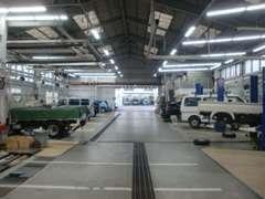 質とスピードの充実した豊富なレーン数の整備工場も併設。