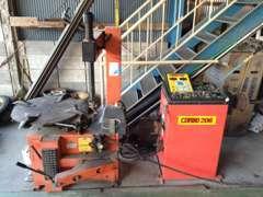 タイヤチェンジャー&ホイルバランス機も工場に完備しております。