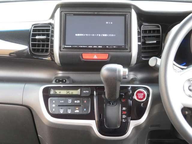 様々なインターフェースにアクセスが可能です。お気に入りのテーマでドライブを楽しんでください!