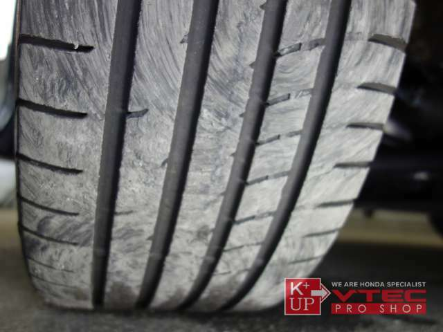 タイヤの溝もまだまだ使用OK! ハイグリップラジアルや社外アルミ交換・インチアップやスタッドレスタイヤ等、お気軽にご相談下さい。タイヤ価格にも自信あり!!