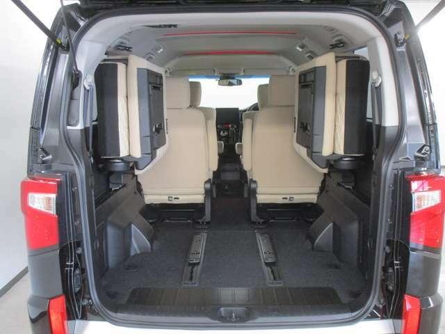 サードシートを左右に跳ね上げる事も出来ますので、より大きな荷物も積み込めます。