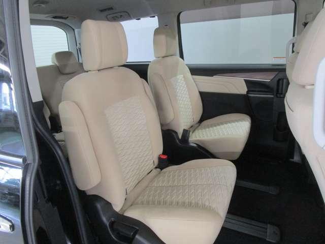 セカンドシートはセパレートタイプです。サードシートへのアクセスもウォークスル―で楽々です。