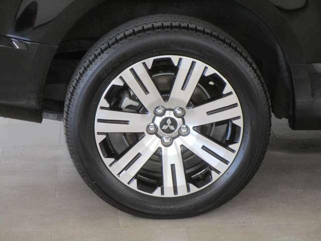 純正18インチアルミホイール、タイヤサイズは225/55R18。スタッドレスタイヤなどをご使用の際には、16インチサイズまでならインチダウンをして装着が出来ます。