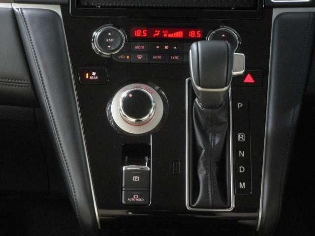 シフトレバーをインパネセンターに装備。運転席・助手席の足元もスッキリ。左右独立して温度調整が出来るフルオートエアコン。容量も十分なエアコンが室内を快適にします。