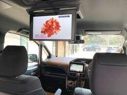 後席大型フリップダウンモニターで後部座席も快適空間です。