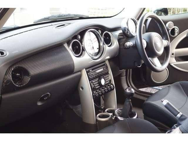 BMW・MINIクーパー希少マニュアル車両が入庫致しました!ETC・純正アルミ・メッキミラーカバー…!人気のアストロブラックにホワイトルーフがお洒落ですね!マニュアルシフトで走りが楽しくなるMINIですよ!!