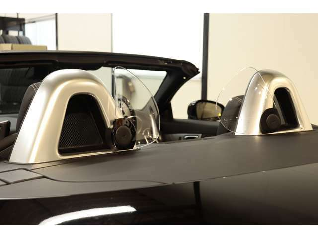 ピポット式エアガイドが備わり、風の巻き込みを軽減してくれる為、快適なドライブをお楽しみ頂けます!