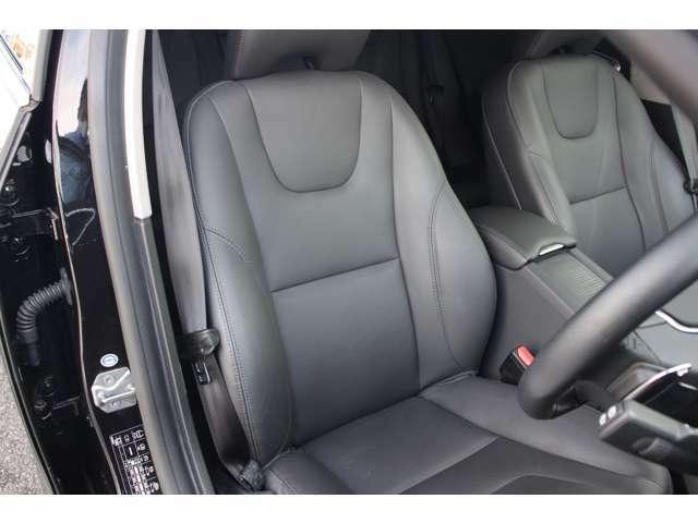 ドライバーの身体を支えるシートの表皮には、手触りのいい本革を使用しております。身体にフィットする形状でサポート性に優れ、幅広い調整機能も備えています。