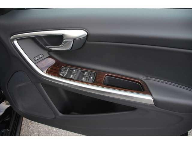 運転席ドアの全景です。キャビンを彩るすべてのものに、機能を形にした美しさが備わっています。