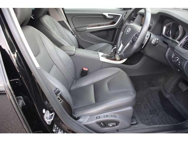 ドライバーの身体を支える立体的な造形がモダンなパワーシートには、Classicの名にふさわしく、本革表皮とシートヒーターを標準装備しています。