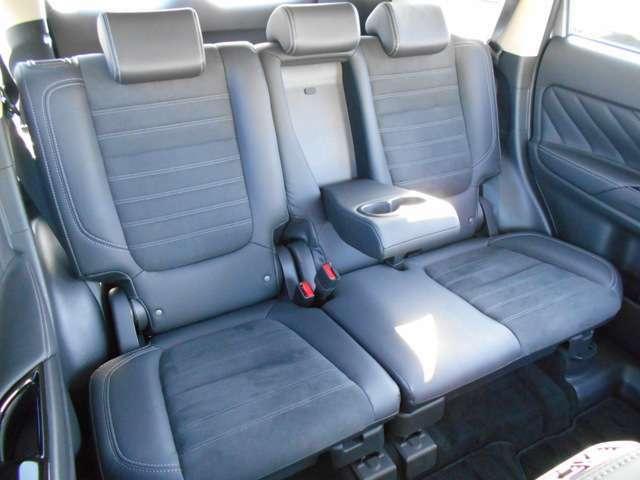 リアシートにもアームレスト付きです。長距離ドライブでも快適ですね。