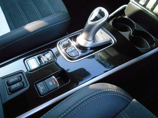 電動パーキングスイッチや、シートヒーターコントロールは、センターコンソールに設置されていますよ。