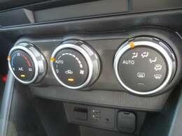 エアコンはダイヤル式オートエアコンです。ダイヤルが大きく使いやすい設計です。