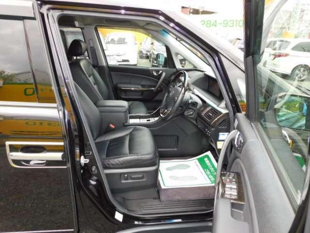 前席はヒーター機能付き。運転席は8ウェイパワーシートです。