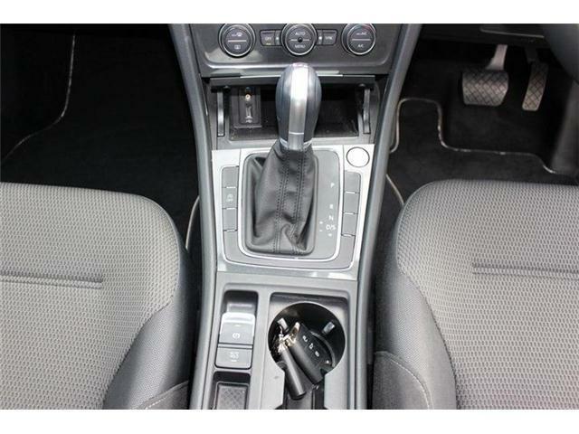 エンジンスタートボタン、マニュアルモード付7速DSGトランスミッションAT車。アイドリングストップ搭載。オートホールド、エレクトロニックパーキングブレーキ搭載。