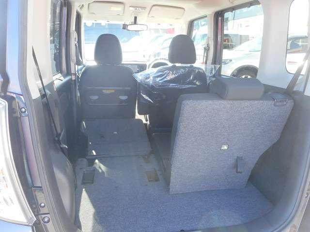 後部座席を倒して長物を載せることも可能です。