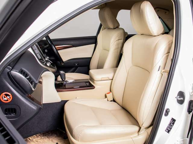 本革シート搭載!!今では三大人気装備の一つとなり車内状態もとても良好です。お好みのシートカラー(赤、白、青等々)への変更も可能となります。