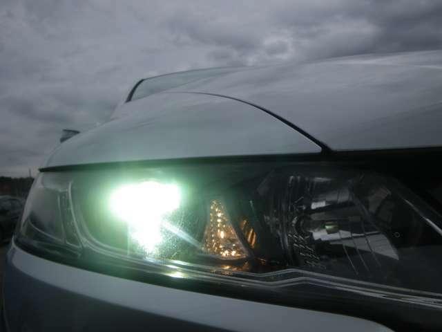 大光量で夜道や雨の日の安心感を高めるディスチャージヘッドライト。周囲の明るさに応じて自動点灯・消灯/ライトの消し忘れも防げるオートライトコントロール付