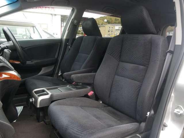 快適な硬さで運転をサポートするシート!長時間運転も安心です。