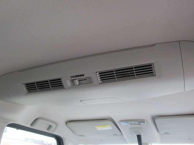 後席用のエアダクトもあり車内は後席まで快適です